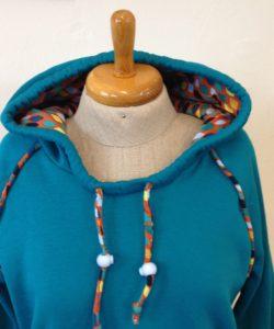 Turqoise dameshoodie jurk gemaakt door Caroline in de naailes bij Atelier Cilhouette