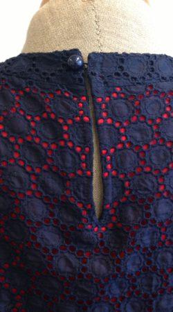 donker blauwe broderie jurk met rode zijden voering