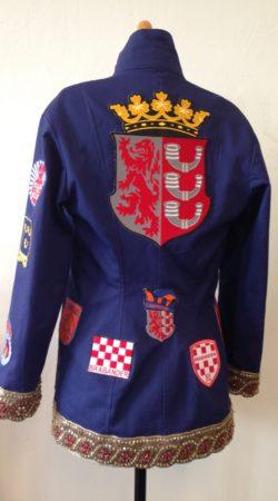 Rug dameskiel getailleerd uit Eindhoven met emblemen
