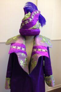 Paarse gepimpte carnavalsjas met kraag en bijpassende hoed
