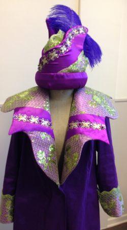 Paarse Jas met paarslime kraag en ontworpen hoed
