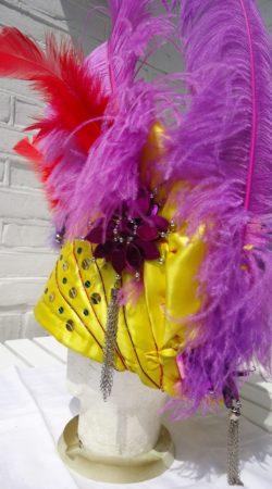 braziliaanse hoed geel met multicolor veren en strassteen applicatie