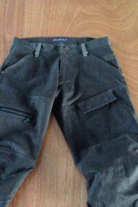 worker jeans in stevig winterkeper met stoere kniestukken en grote beenzakken met rits en klep.