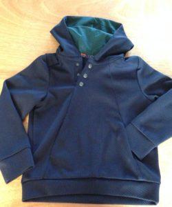 Blauwe hoodie met groene voering, gemaakt door Gulsen in de naailes