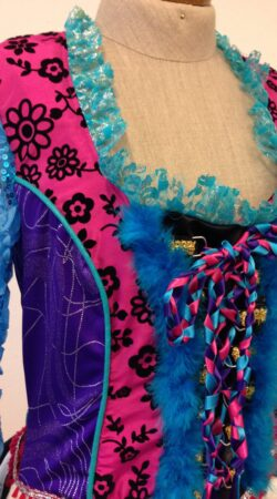 carnavalsjurk met diverse stoffen gemaakt door Caroline in de naailes Atelier Cilhouette