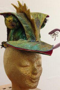 hoed bij cameleonkostuum, met lichtjes in de kam