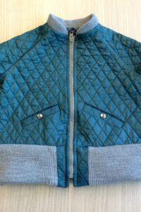 Bomberjackje in gewatteerde groene doorgestikte stof met grijze tricot boord