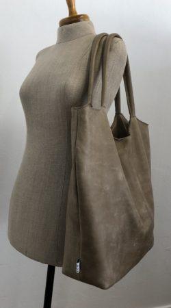 lederen shopper werktas in geschuurd nubuck leder met voering van panterprint en binnenvak
