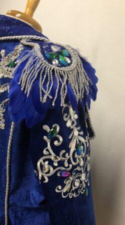 Carnavalsjas dames in kobalt blauwe chenille stof met zilveren applicaties