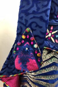 detail van Manchet prinses carnavalsjas met kobaltblauw en roze details