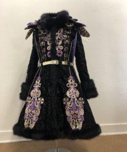 zwart paars carnavalsjas met applicaties en bont gemaakt in naailes atelier cilhouette