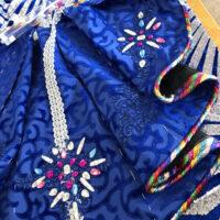 detail ontwikkeling carnavalsjas in blauw roze stenen glitters