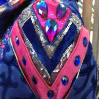 detail carnavalsjas in blauw roze stenen glitters